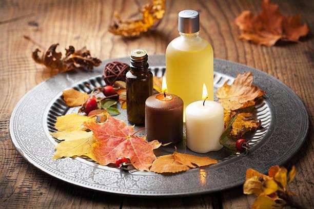 autumn spa und aromatherapie - herbst kerzen stock-fotos und bilder