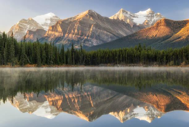 herfst sunrise reflectie op herbert lake in het nationaal park banff - lake louise stockfoto's en -beelden