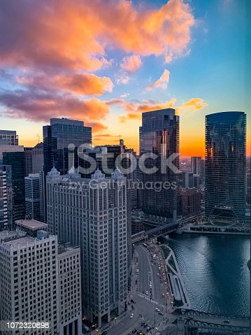 483312814 istock photo Autumn sunset over the Chicago River in the downtown Loop during evening rush hour. 1072320898