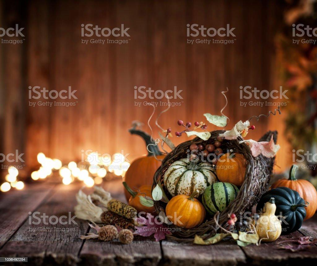 Herbst Thanksgiving Füllhorn auf einem rustikalen Holz Hintergrund – Foto