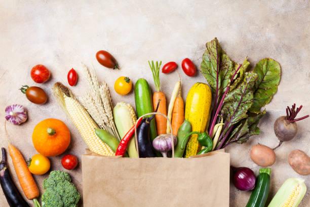 vegetais de outono no shopping sacola de papel na vista superior de mesa de cozinha. - cesto - fotografias e filmes do acervo