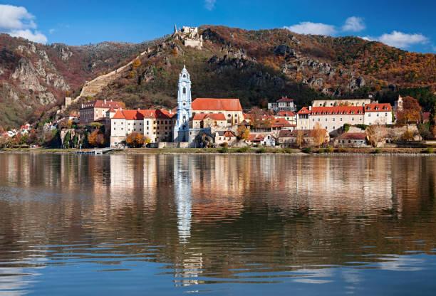 Herbstliche Ansicht der Stadt Dürnstein, Wachau Tal, Österreich – Foto