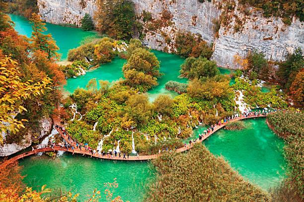 autumn view of plitvice lakes, croatia - nationalpark plitvicer seen stock-fotos und bilder