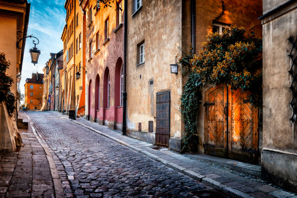 autumn view of the birch street in the morning in warsaw's old town, poland - cultura europea foto e immagini stock