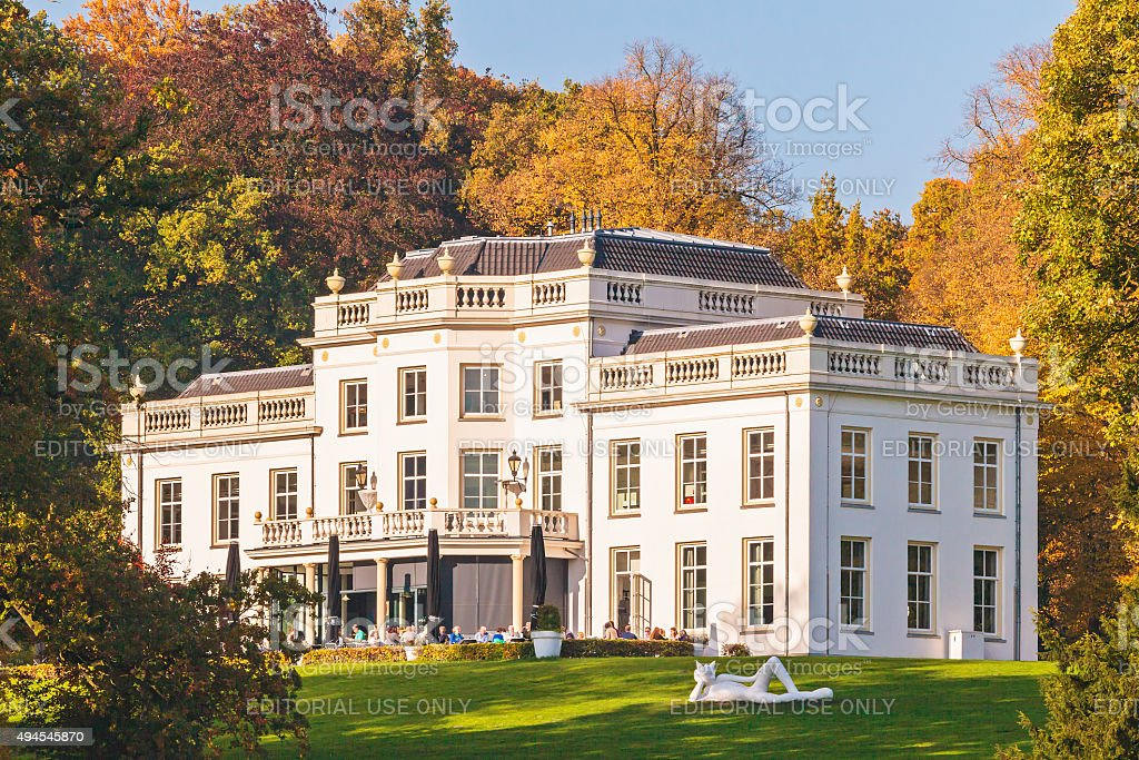 Autumn view of the Sonsbeek villa with visitors in Arnhem​​​ foto
