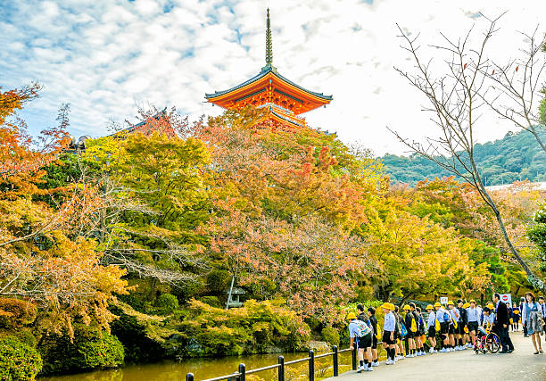 autumn view of three-story pagoda at kiyomizu-dera temple and students - herbst lehrer outfits stock-fotos und bilder