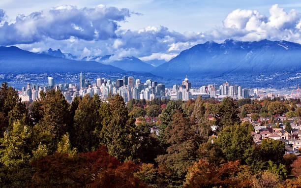 herfst uitzicht over stad van vancouver, canada - vancouver canada stockfoto's en -beelden