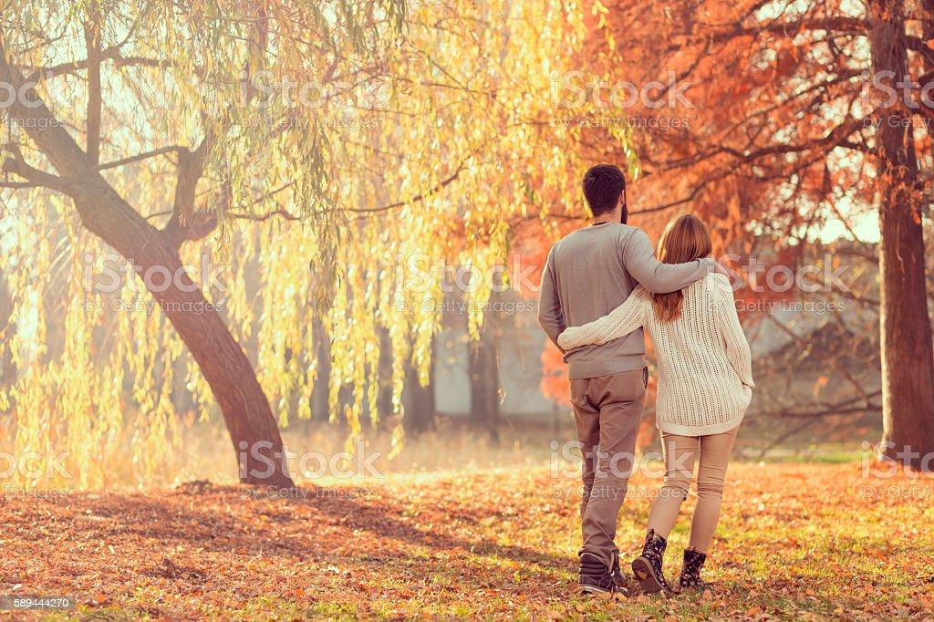 Outono de caminhada - foto de acervo
