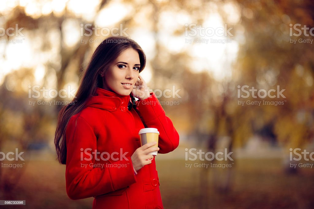 Autumn Woman Holding Coffee Cup Outside in Nature foto royalty-free