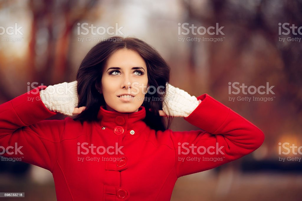 Autumn Woman Wearing Red Coat and Knitted Fingerless Gloves foto royalty-free