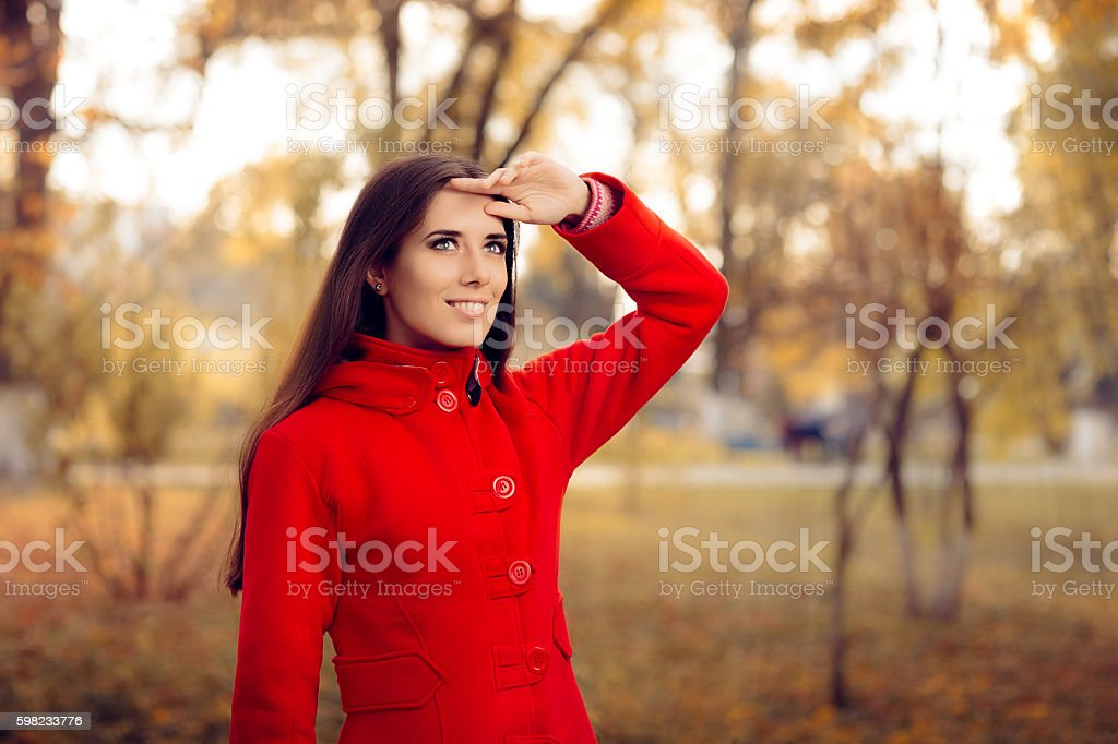 Autumn Woman Wearing Red Coat Outside in Nature foto royalty-free