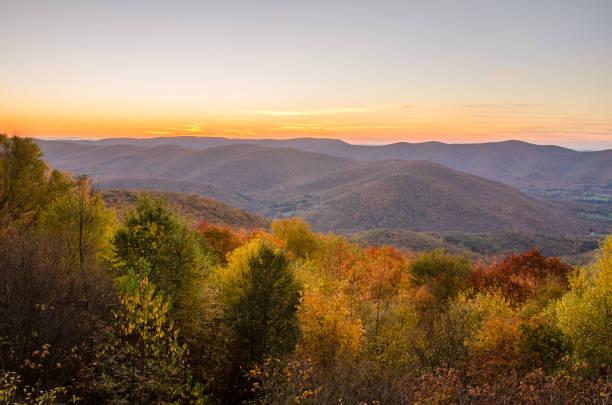 herfst berglandschap bij zonsondergang - massachusetts stockfoto's en -beelden