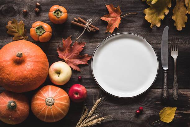 herbstliche tischdekoration für thanksgiving dinner oder halloween - halloween party einladungen stock-fotos und bilder