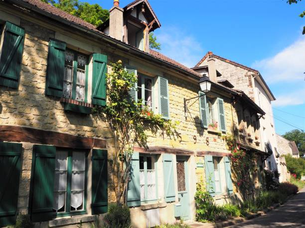 Auvers-Sur-Oise, France. Where Vincent Van Gogh used to live. Auvers-sur-Oise is a famous village were impressionist painters like Van Gogh used to live. In May 2020, right after the lockdown due to Covid-19 crisis, Auvers-sur-Oise is becoming a village that parisians are visiting more during the week-end as they were not allowed to go further than 100 km away from their home. People were visiting the Daubigny street, which is the most famous one with the lovely old houses, some of them were built in 1598. val d'oise stock pictures, royalty-free photos & images