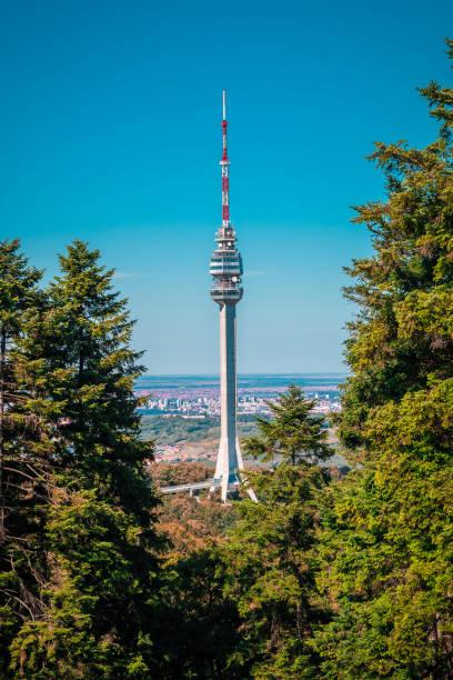 torre avala serbia - antigua yugoslavia fotografías e imágenes de stock