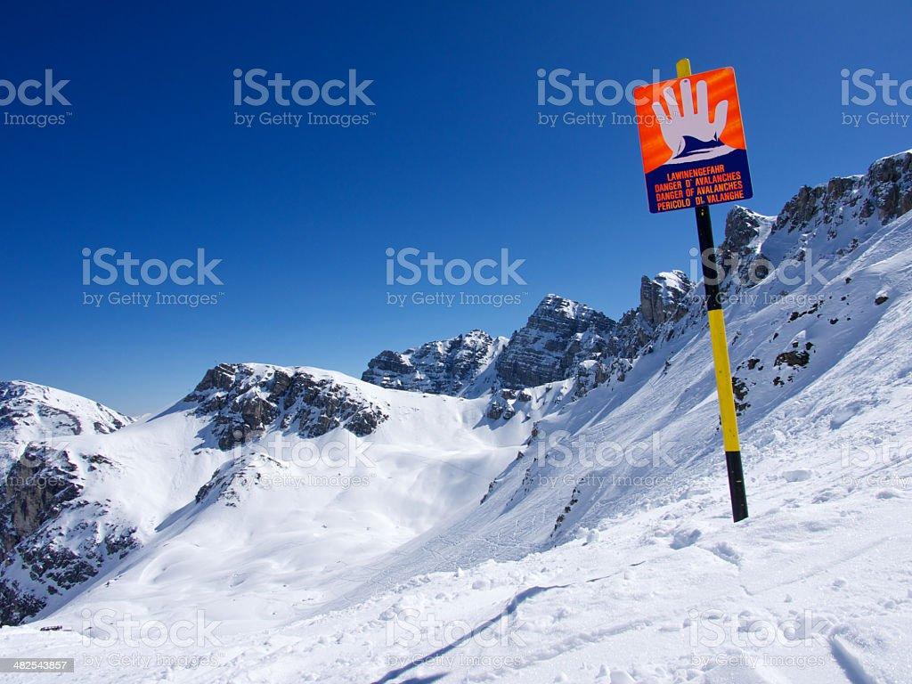Avalanche Warnschild in den Alpen – Foto