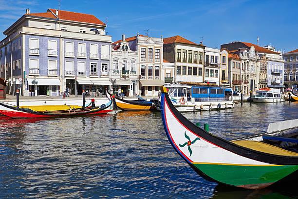 aveiro cidade e canal com barcos - aveiro imagens e fotografias de stock