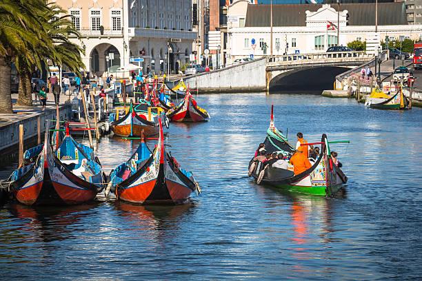 aveiro, em portugal, 22 de maio, 2015 : barcos tradicionais de aveiro - aveiro imagens e fotografias de stock