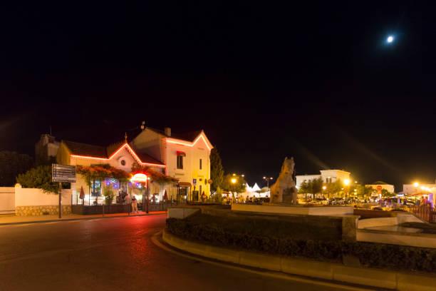 avenue de la république dans la nuit à saintes-maries-de-la-mer, france - république photos et images de collection