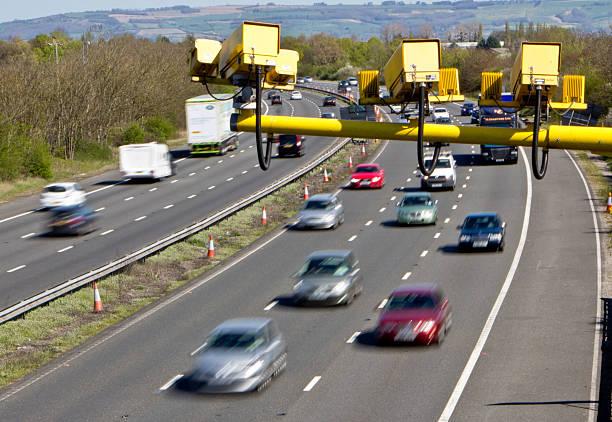durchschnittliche geschwindigkeit kameras in uk autobahnen - geschwindigkeitskontrolle stock-fotos und bilder