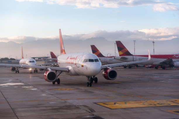 Aeronave Avianca Airline no aeroporto de Bogotá. Colômbia - foto de acervo