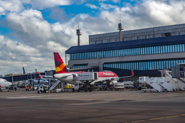Companhia aérea Avianca. Avião Avianca no Aeroporto Internacional Salgado filho. - foto de acervo