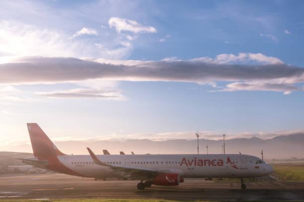 Avião de Avianca no alvorecer no aeroporto de Bogotá. Colômbia. - foto de acervo