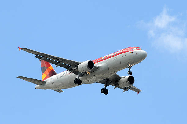 Avianca passageiro avião a jato landing - foto de acervo
