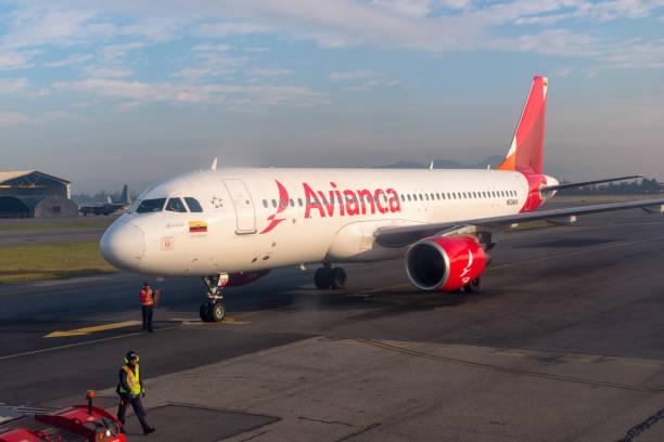 Avianca avião no aeroporto de El Dorado. Colômbia. - foto de acervo