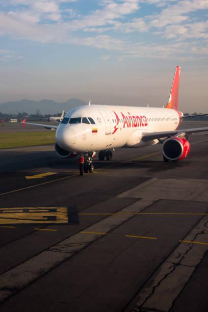 Avianca avião no aeroporto de El Dorado, de manhã. Colômbia - foto de acervo