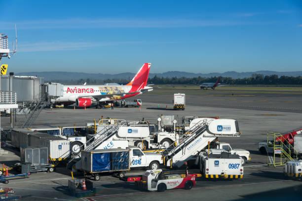 O carregamento de porta de ar para deixar o avião Avianca. Colômbia. - foto de acervo