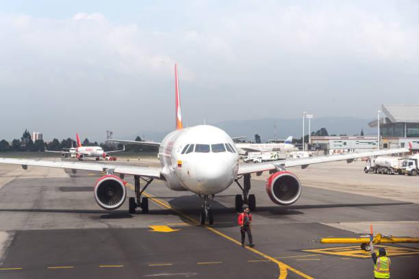 Avianca avião estacionamento no aeroporto de El Dorado. - foto de acervo