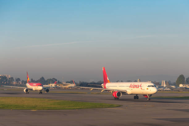 Aviões de Avianca na pista de decolagem que espera para decolar no aeroporto em Bogotá. Colômbia. - foto de acervo