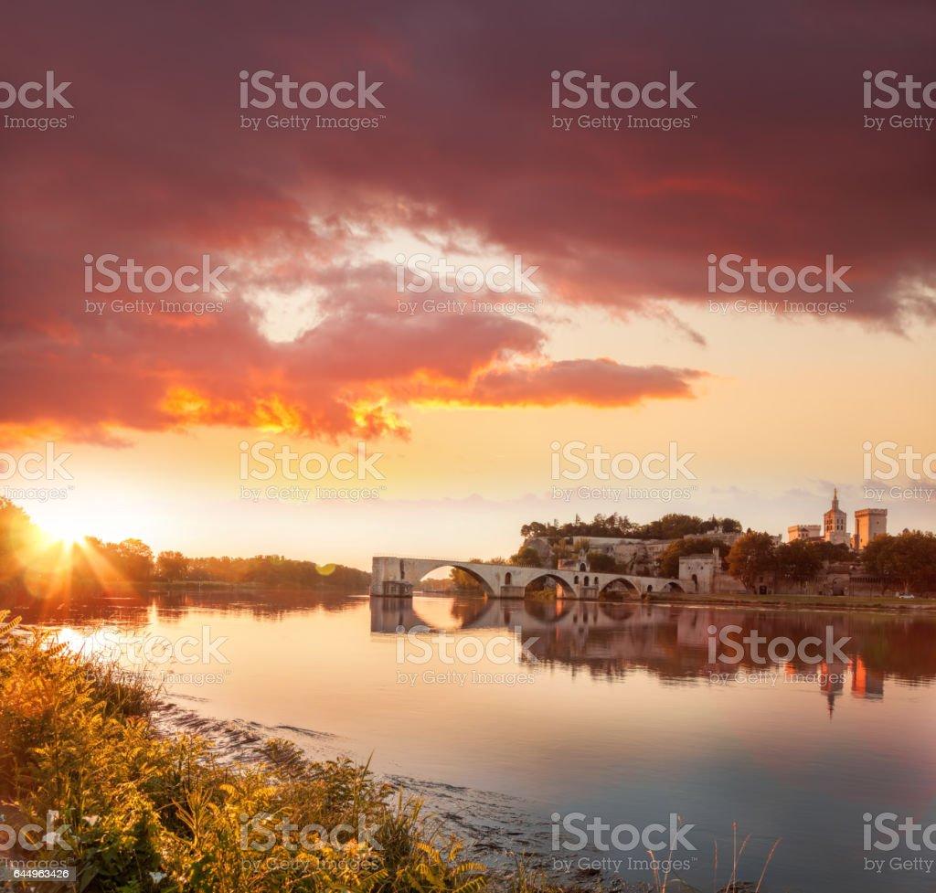 Vieux pont d'Avignon contre le coucher de soleil coloré en Provence, France - Photo