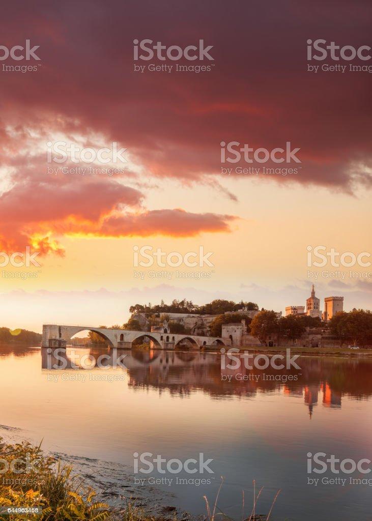 Alte Brücke von Avignon gegen farbenprächtigen Sonnenuntergang in Provence, Frankreich – Foto