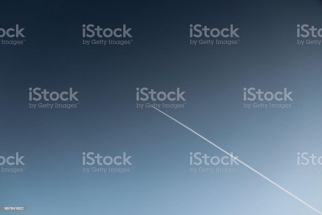 Avion en el cielo de Paris. stock photo