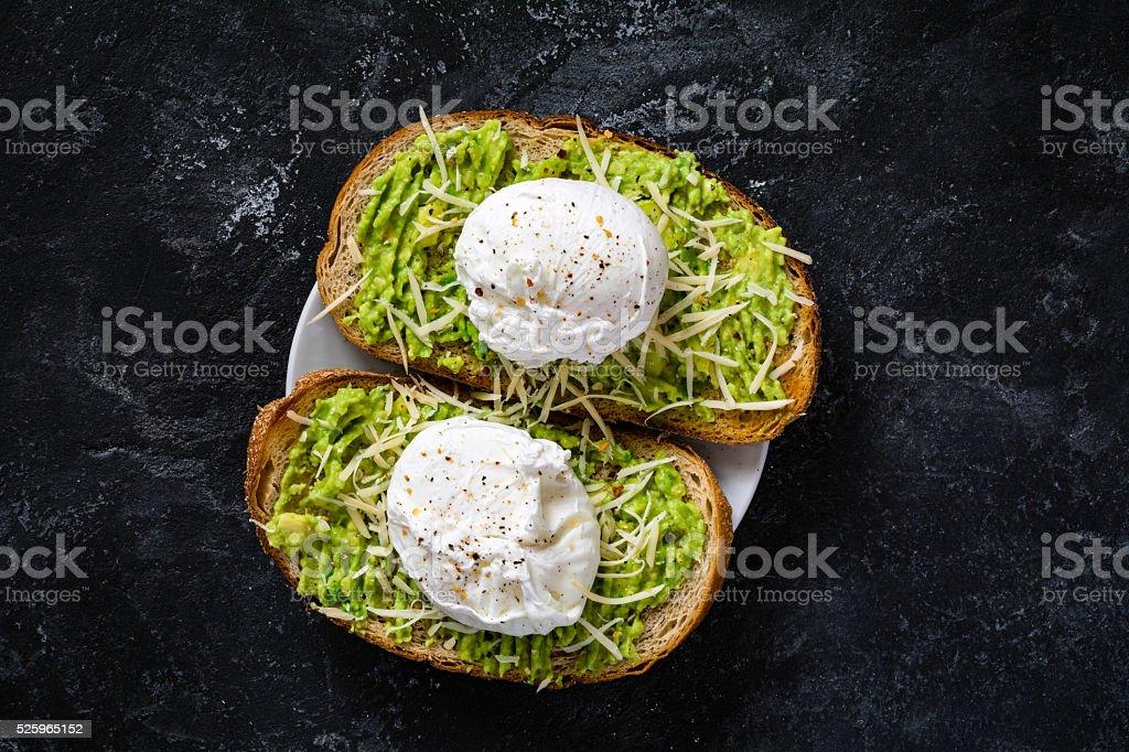Avocado, uovo in camicia e bevande - foto stock