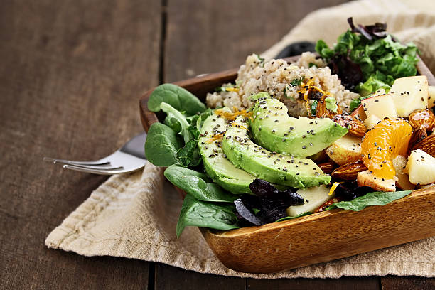 sałatka z awokado i chia nasiona komosy ryżowej - jedzenie wegetariańskie zdjęcia i obrazy z banku zdjęć
