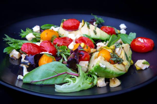 Avokado-och tomatsallad med fetaost bildbanksfoto