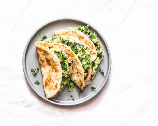 Avocado Eier grün Salat Fladenbrot fragadilla auf einem hellen Hintergrund, Top-Aussicht – Foto