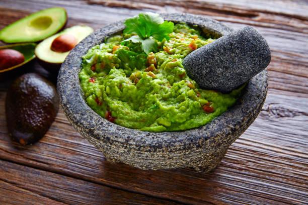 guacamole de abacate em molcajete mexicano - guacamole - fotografias e filmes do acervo
