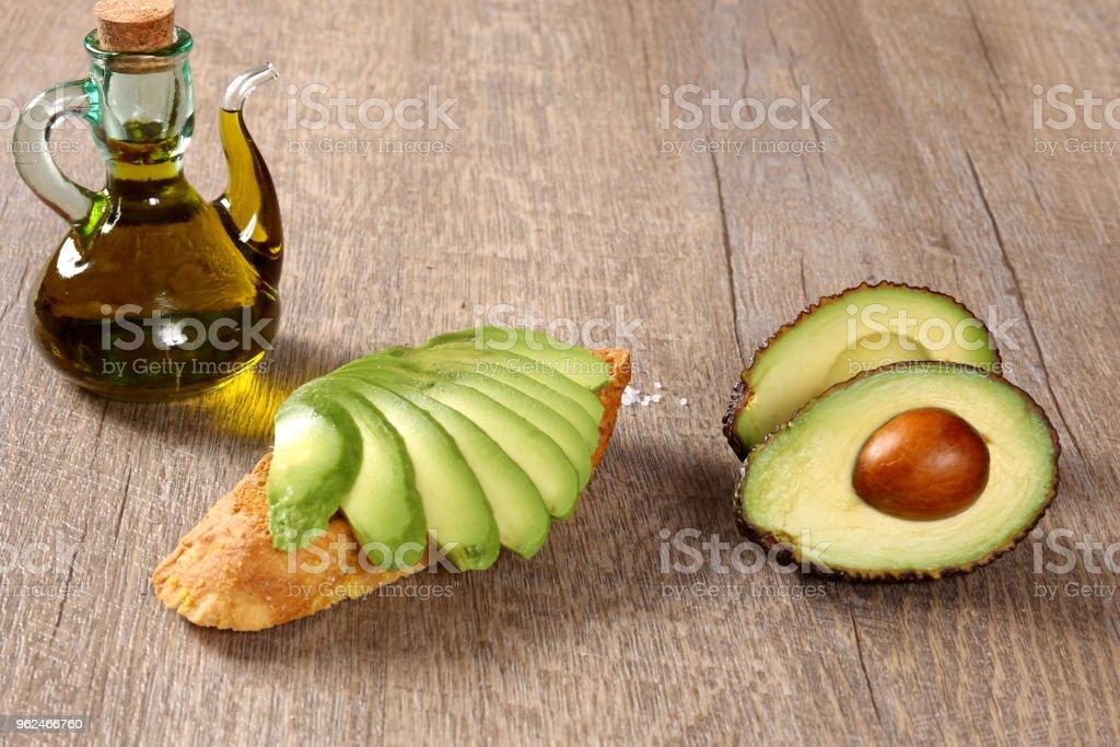 Abacate, cortadas ao meio e fatiada - foto de acervo