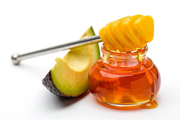 Avocado-Honig auf weißem Hintergrund – Foto