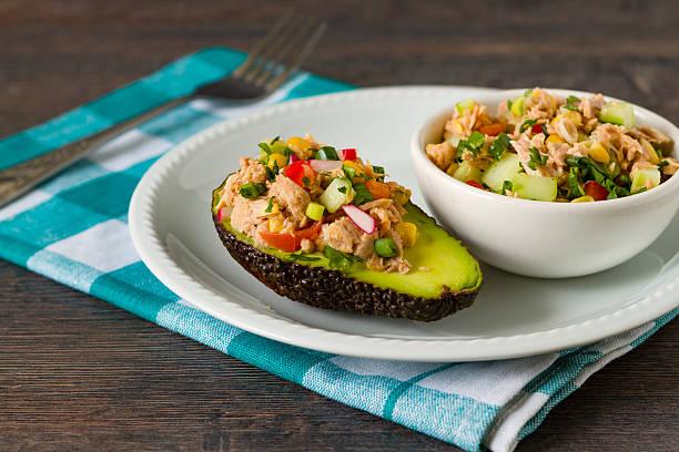 Avocat, salade au thon et légumes - Photo