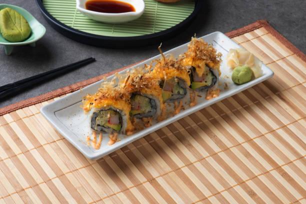 sushi dos abacates com fundo cinzento - foto de acervo
