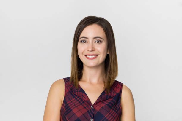 Ehrfurcht junge Brünette Frau mit schönen Lächeln posieren vor weißem Hintergrund – Foto