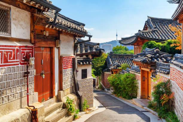 geweldig uitzicht op oude smalle straat en traditionele koreaanse huizen - korea stockfoto's en -beelden