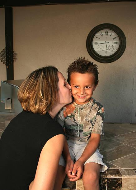 sta proprio diventando grande mamma! - kids kiss embarrassed foto e immagini stock