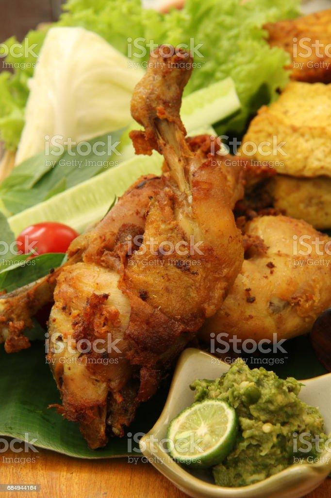 Ayam Penyet Sambal Hijau, Javanese Smashed Fried Chicken with Green Chili Paste Lizenzfreies stock-foto