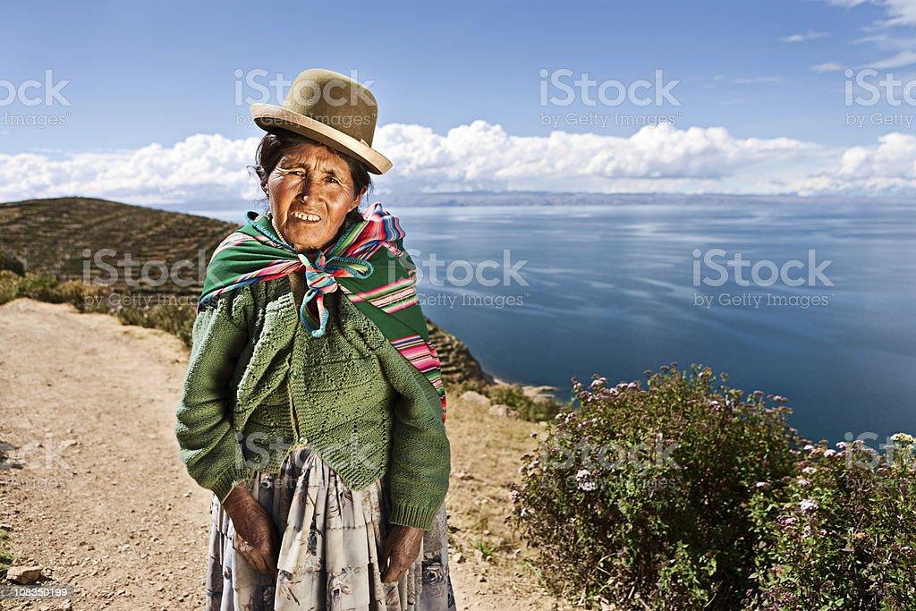 Aymara mulher em Isla del Sol, Bolívia - foto de acervo